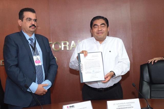 Recibe Barbosa constancia; ya es el gobernador electo de Puebla