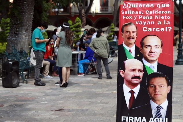 Poblanos entregan 8 mil firmas para pedir juicio a ex presidentes