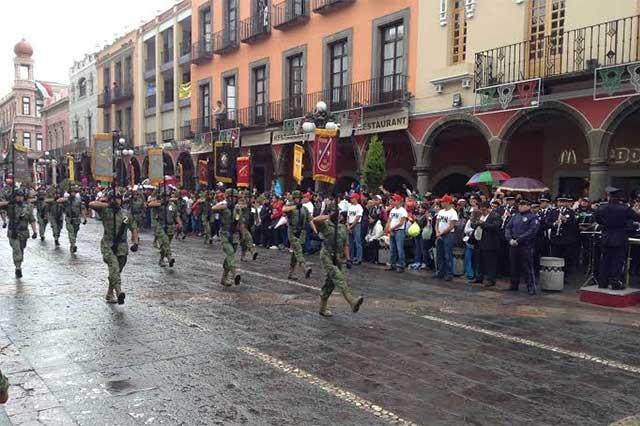 Contingente militar abre el desfile del 16 de septiembre