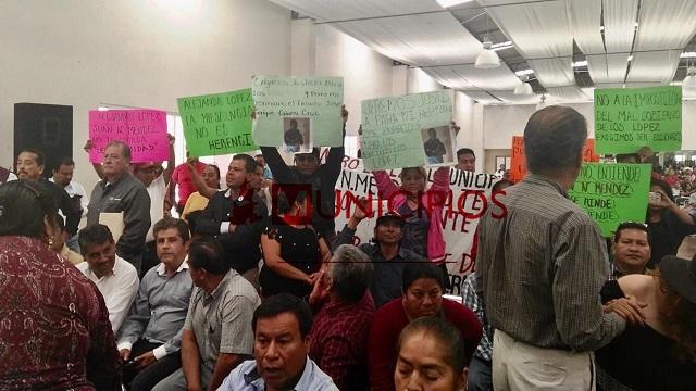 Morenistas protestan contra edil de Tehuacán en gira de Barbosa