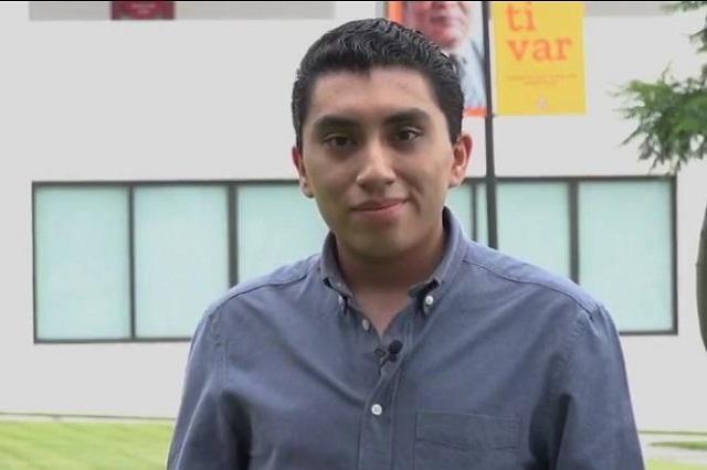 Anáhuac Puebla y Arturo Elías Ayub entregan beca a estudiante