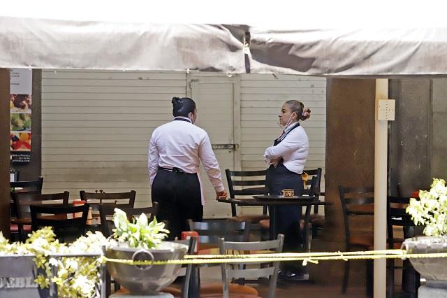 Fustiga Barbosa a restaurantes por no cerrar en la pandemia
