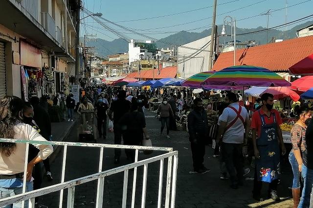 Ambulantes y ciudadanía abarrotan calle Corregidora en Huauchinango