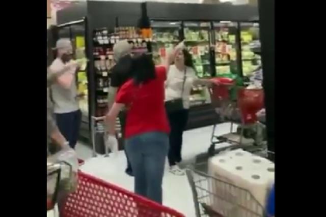 Multitud corre a mujer de supermercado por no usar cubrebocas
