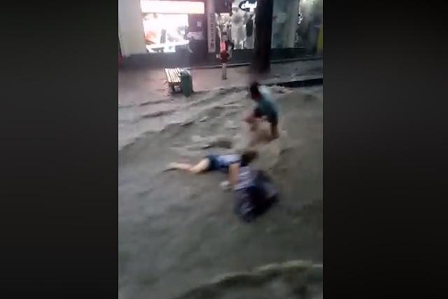 Corriente arrastra y se lleva a una mujer