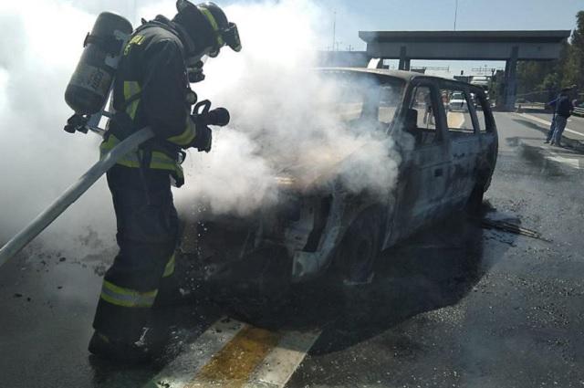 Cortocircuito provoca incendio de camioneta en plena autopista