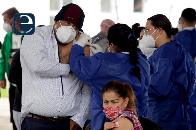 Piden a ciudadanos esperar turno en punto de vacunación