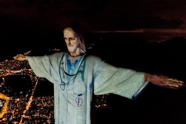 Cristo Redentor de Brasil rinde homenaje a profesionales de la salud