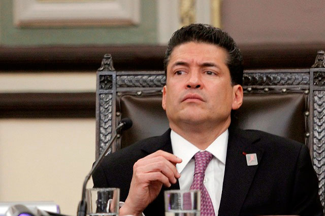 Huye de la prensa el secretario general de gobierno, Benito Cruz