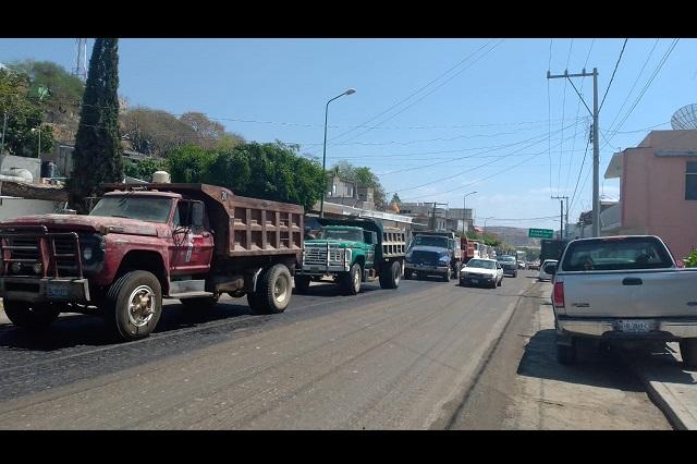 Miembros de la CTM bloquean carretera en Acatlán, piden trabajo