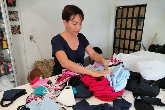 Elaboran cubrebocas para sectores vulnerables en Acatlán