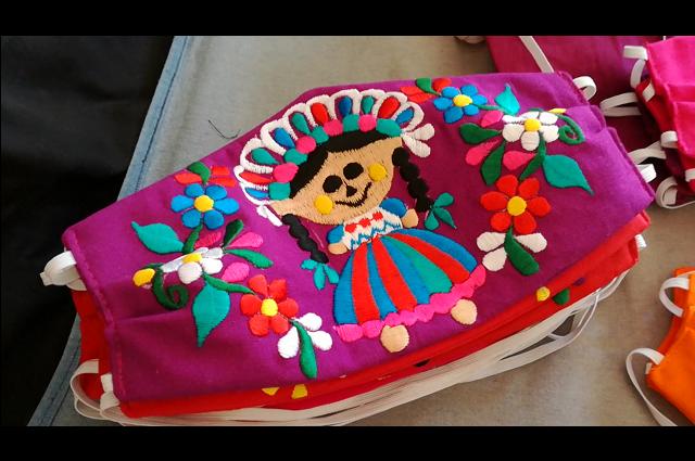 Artesanos de Chilac elaboran cubrebocas artesanales