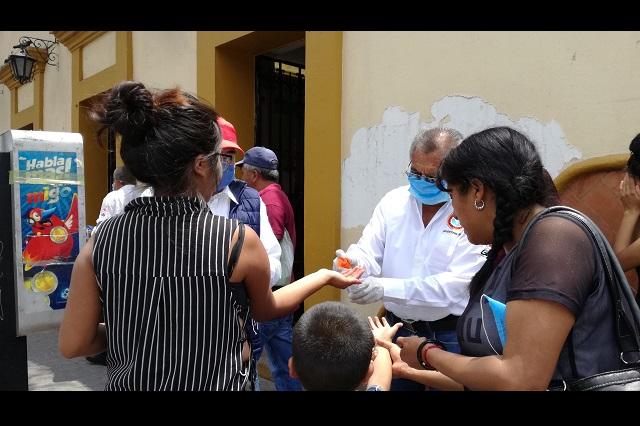 Transportistas de Tehuacán regalan cubrebocas a niños y abuelitos