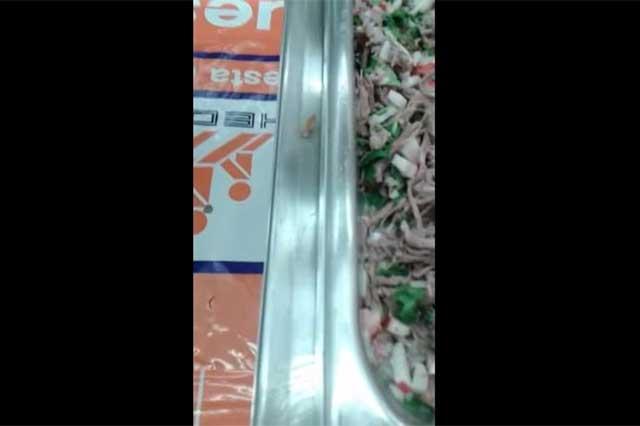 Graban cucaracha en comida de Chedraui