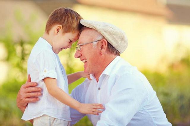 Cuidar nietos o la jardinería, acciones eficaces para la salud cerebral
