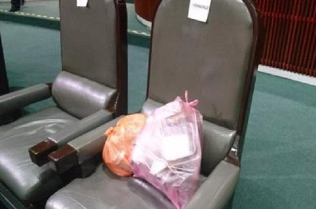 Diputados que no llevan Tupperware dejan basura en sus curules