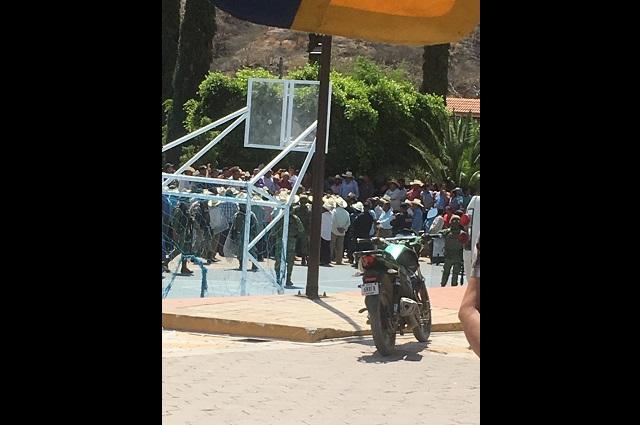 Pobladores de Teopantlán custodian a policías por agresión