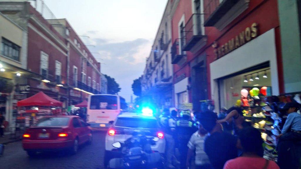 Ambulantes agreden a mujeres activistas en el Centro de Puebla