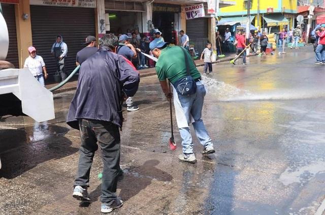 No es broma: ambulantes lavan las calles del Centro de Puebla