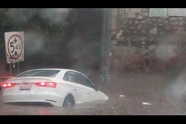 Inundaciones, anuncios caídos y destrozos deja tormenta en Puebla