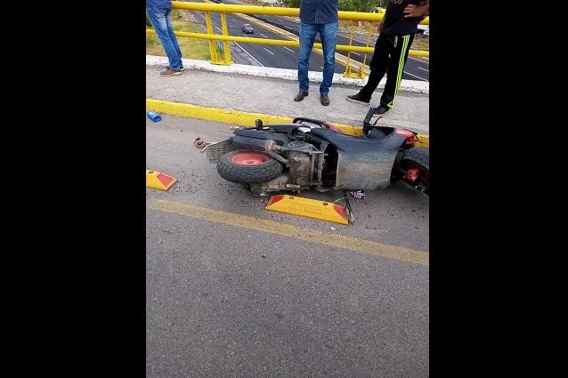 Fallece joven motociclista al derrapar en puente a Texmelucan