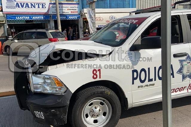 Patrulla estatal choca contra dos autos y deja dos heridos
