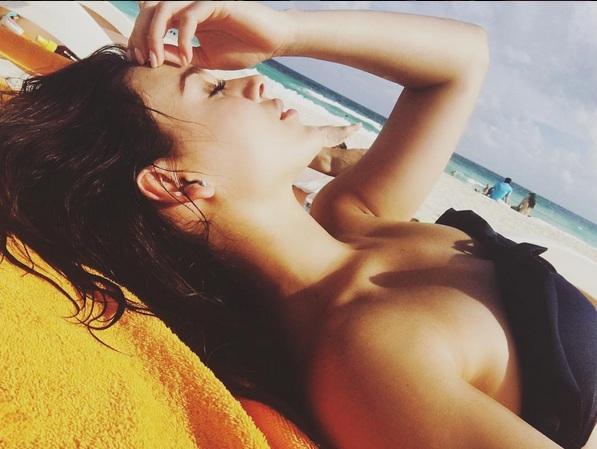 Danna Paola posa sexy en bikini negro en las Bahamas