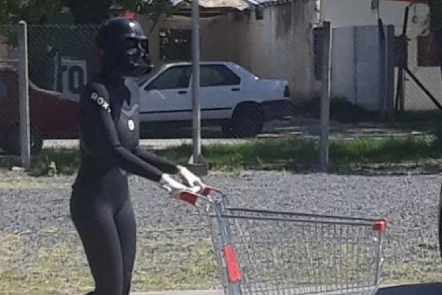 Fotos: Chica sale vestida de Darth Vader para protegerse del coronavirus