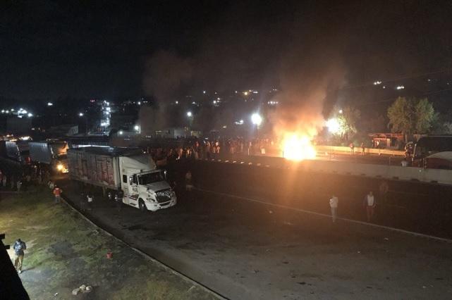 Pobladores de Tlahuapan cierran la autopista México-Puebla