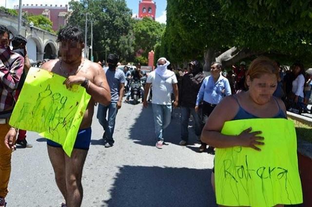 Pobladores de Ixmiquilpan golpean y exhiben desnudos a 2 defraudadores