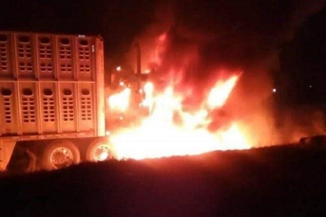 Delincuentes se disputan tráiler y le prenden fuego en Acatzingo