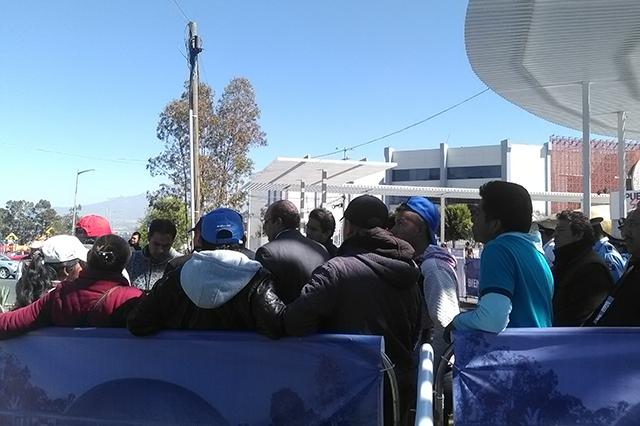 Campesinos de Chiautzingo llegan a zona del informe y presentan quejas