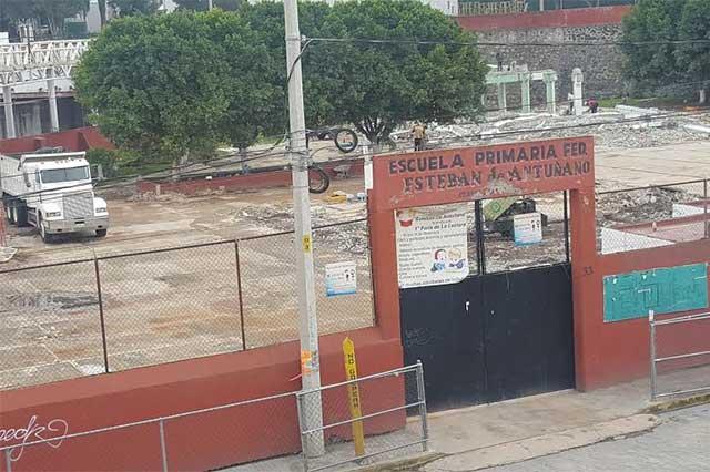 Avanzan trabajos de demolición de la escuela Esteban de Antuñano