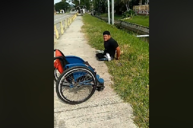 Video: Deportista paralímpico en silla de ruedas salva a un gatito