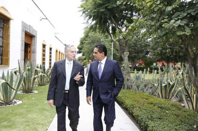 Gobernador de Michoacán se reúne con Derbez en la UDLAP