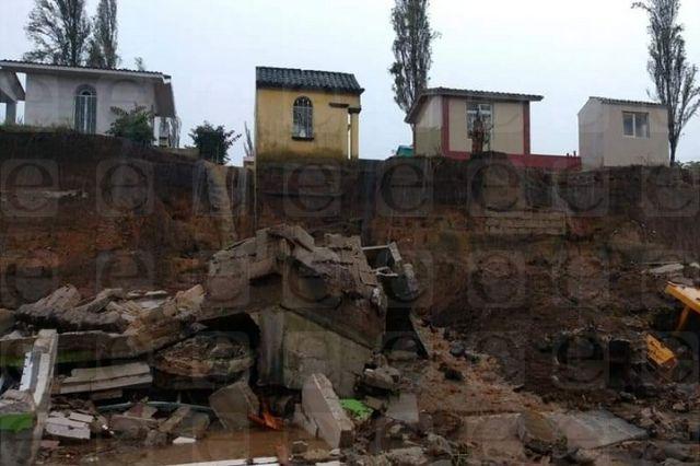 Se derrumba barda de panteón en Xiutetelco por lluvia