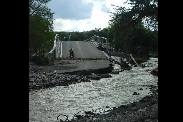 A solo un año, se cae carretera en Teotlalco a cargo de Tony Gali