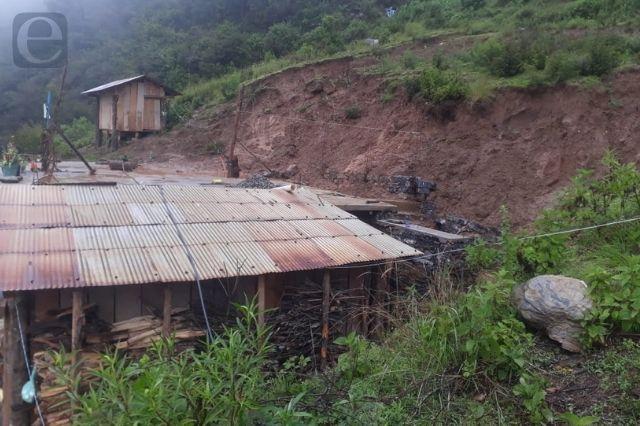 Derrumbe de tierra afecta vivienda en Zoquitlán