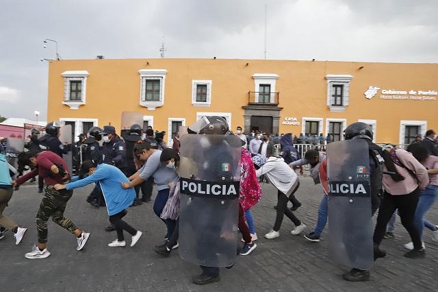 Desalojan a normalistas de Casa Aguayo