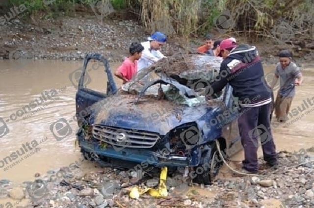 Se desborda río en Acatlán y arrastra  automóviles