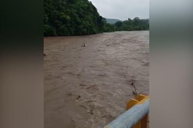 Evacuan a familias por desborde de rio Pantepec