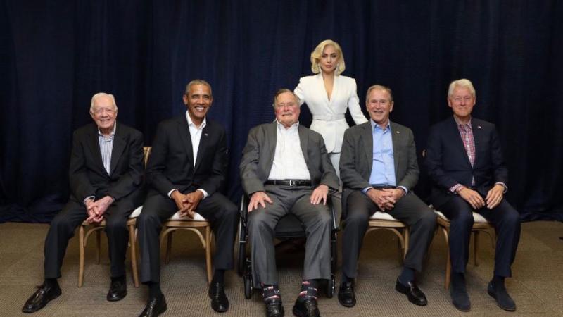 Aparece Lady Gaga con cinco expresidentes de EU