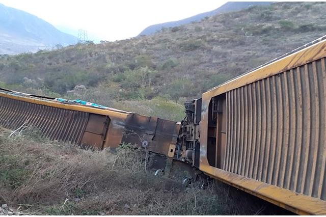 Se descarrila tren en Acultzingo con autos de Volkswagen
