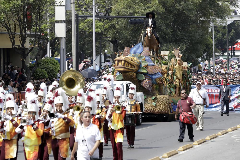 Regresa desfile en Puebla a ruta tradicional y carros estudiantiles