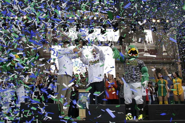 Festejan campeonato de Los Pericos en el desfile del 16 de septiembre
