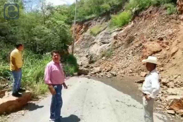 Incomunicados en Axutla por deslave en carretera