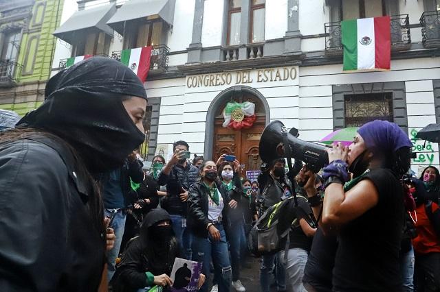 No habrá represión a marchas feministas en Puebla, dice Rivera