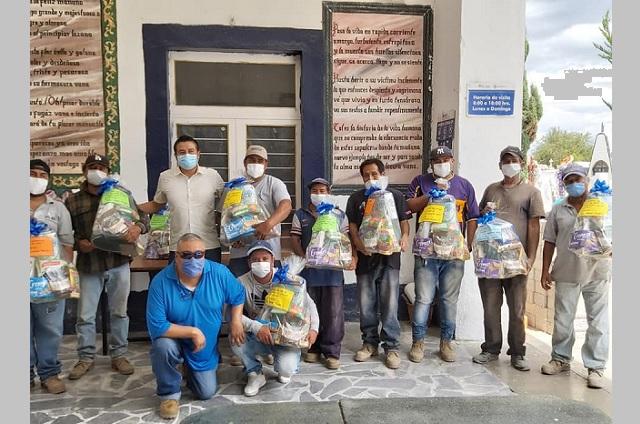 Dirección de panteones entrega despensas a trabajadores en Atlixco