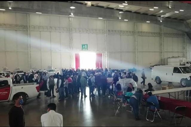 Sin sana distancia ni cubrebocas arman despensas en Puebla
