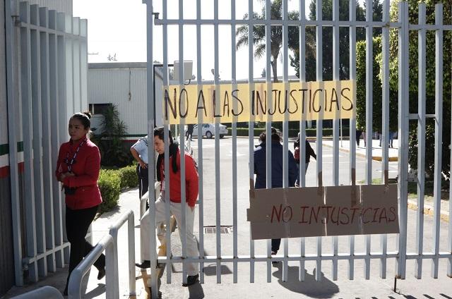 Contra despidos masivos en el SAT protestan trabajadores poblanos